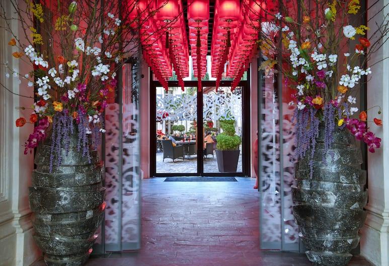 Buddha-Bar Hotel Paris, Париж, Вход в отель