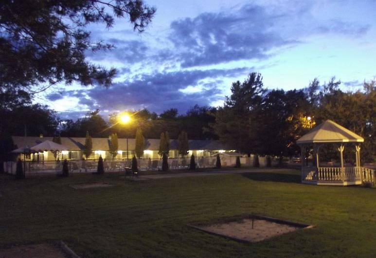 Colonial Resort & Spa, Gananoque, Hotel Front – Evening/Night
