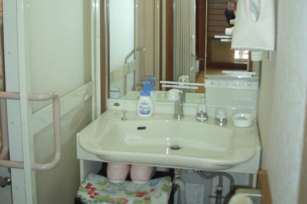 Tradiční hotelový pokoj, nekuřácký - Umyvadlo vkoupelně