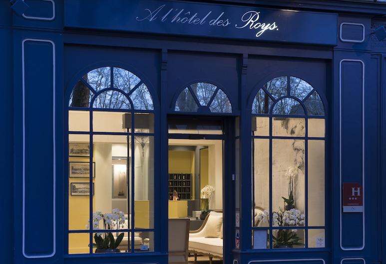 A l'Hotel des Roys, Versailles, Viešbučio fasadas vakare / naktį