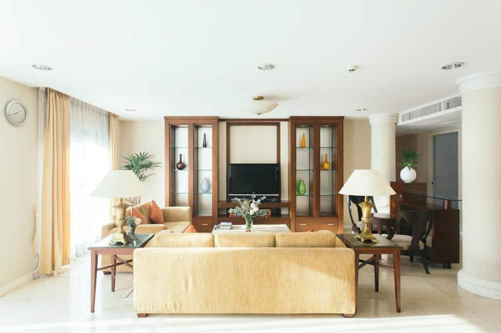 Suite, 4 Bedrooms - Living Area