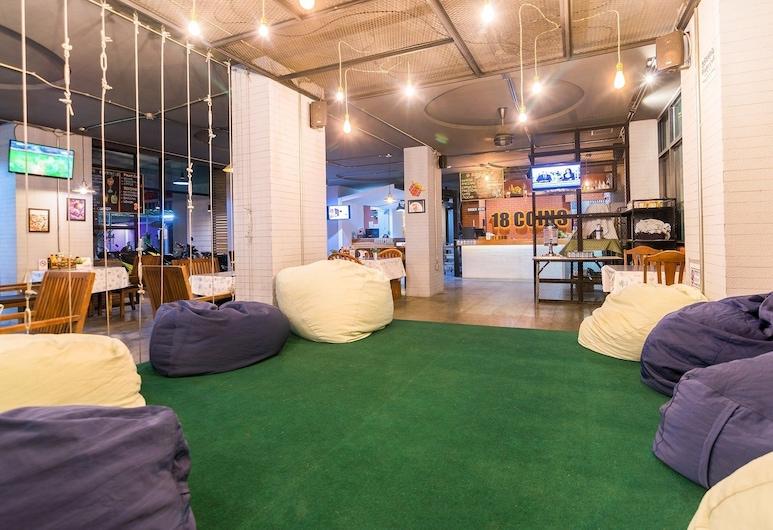 18 Coins Cafe & Hostel, Pattaya, Sitteområde i lobbyen