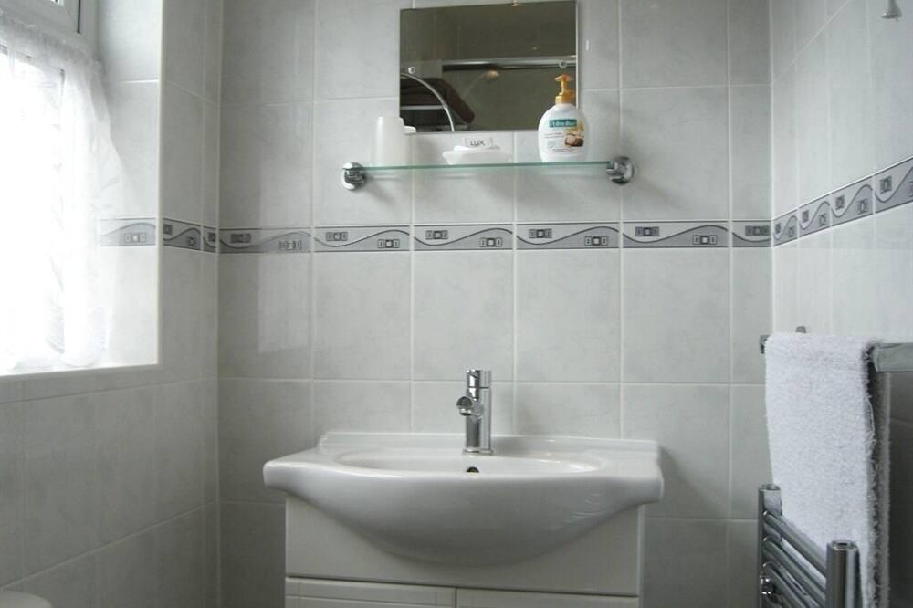 Standard szoba kétszemélyes ággyal, fürdőszobával, kilátással a kertre (Room 1) - Fürdőszoba