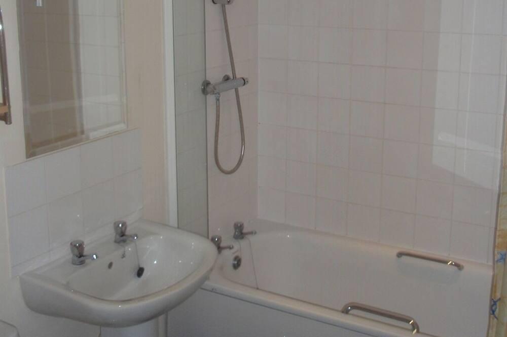 Kaksi 1 hengen sänkyä - Kylpyhuone