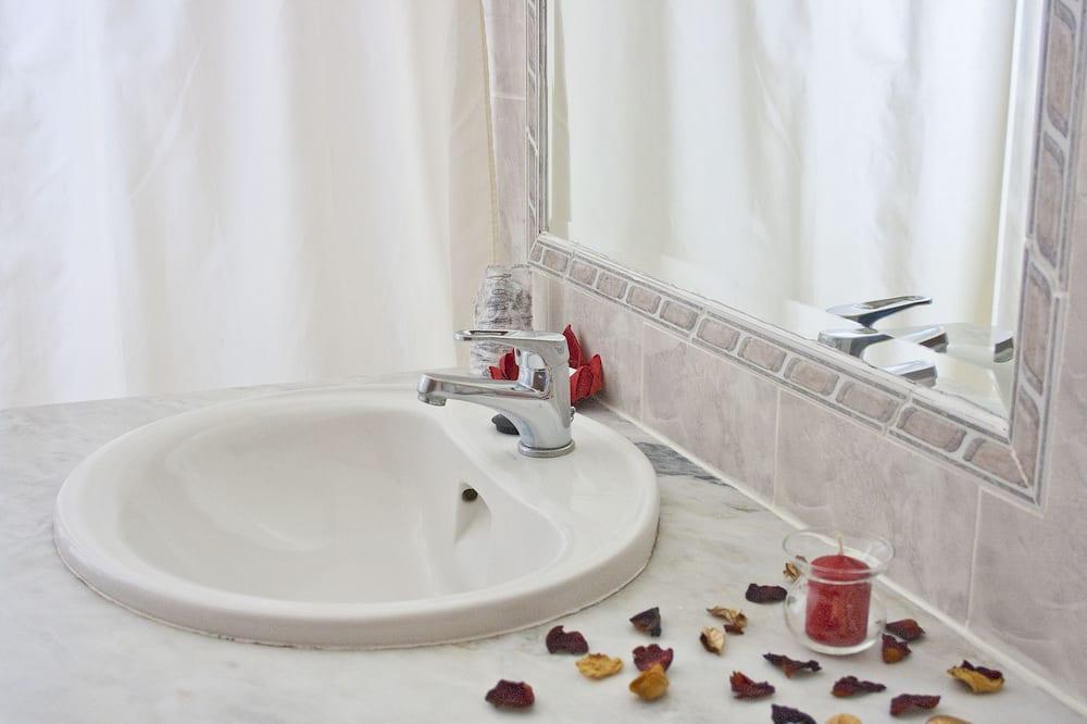 غرفة لفردين - بشرفة - حمّام