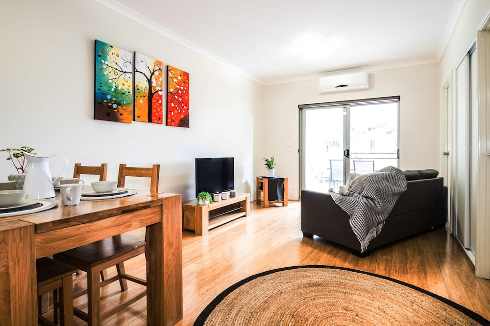 Two Bedroom Apartment with Courtyard - Living Room