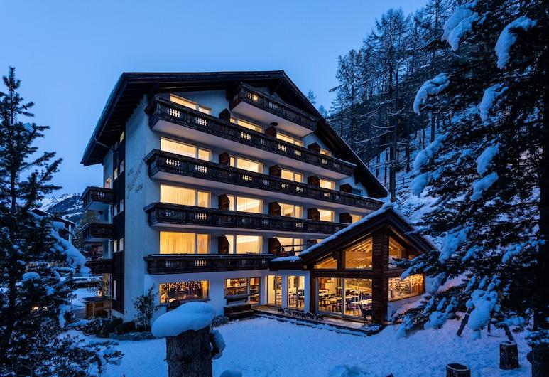Hotel Jägerhof, Zermatt, Hotelfassade am Abend/bei Nacht