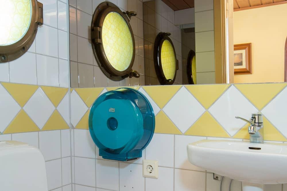 Pagerinto tipo dvivietis kambarys (2 viengulės lovos), atskiras vonios kambarys (Admiral's Cabin) - Vonios kambarys