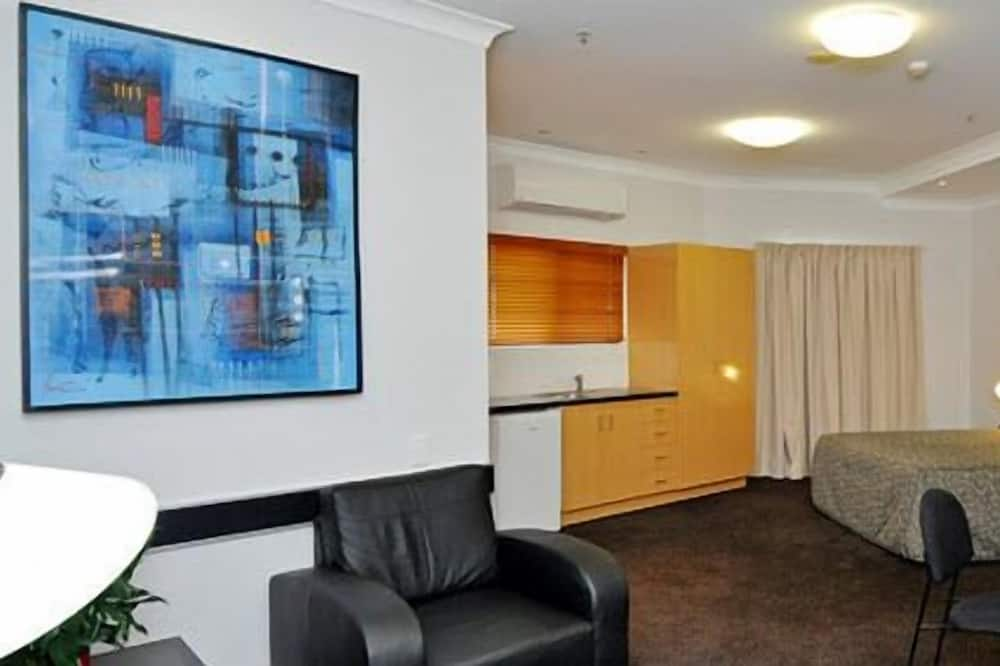 Efficiency Suite Queen Non Smoking - Living Area