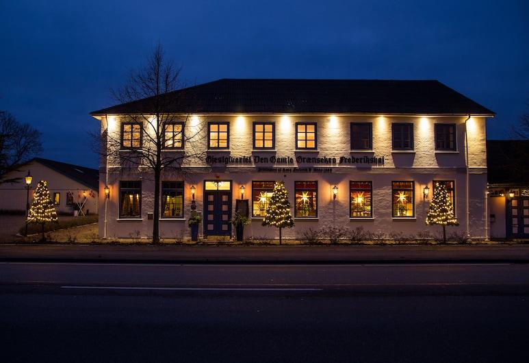 Den Gamle Grænsekro, Christiansfeld, Hotellets front – kveld/natt