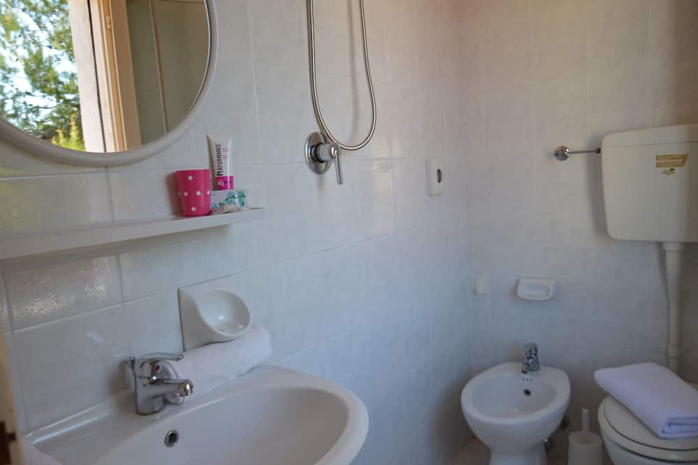 Twin Room with Bunk Bed and Private External Bathroom - Bathroom