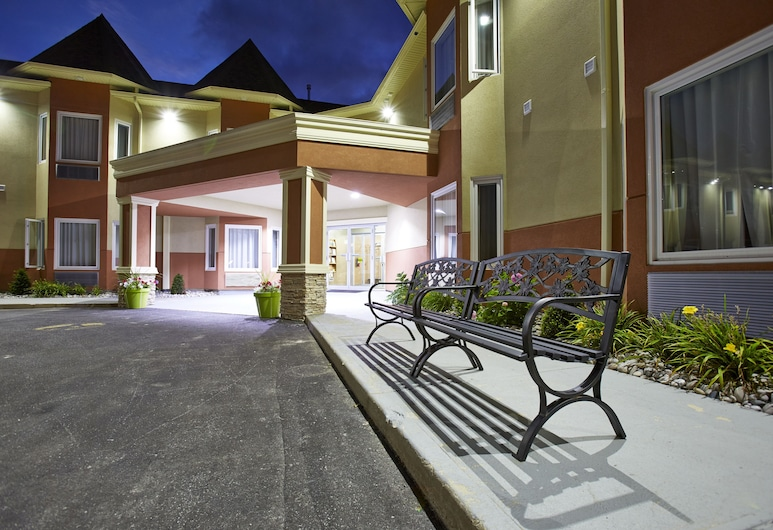 Quality Inn, Saugeen Shores, Hotel Front – Evening/Night