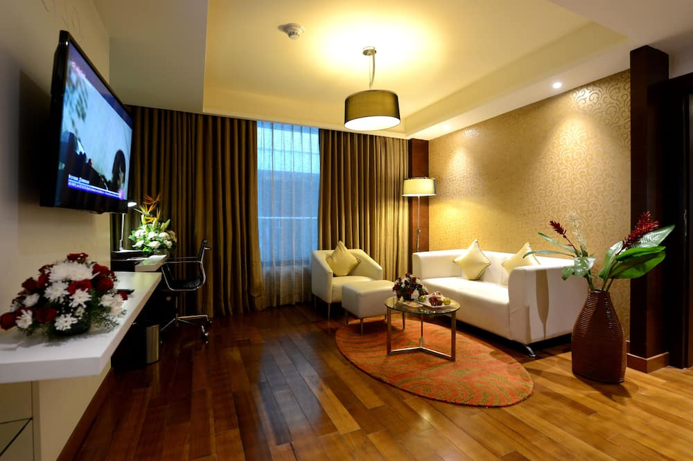 Suite Room with 2 Way Airport Transfers - Living Area