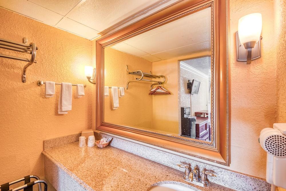 客房, 1 張特大雙人床, 吸煙房 - 浴室設施