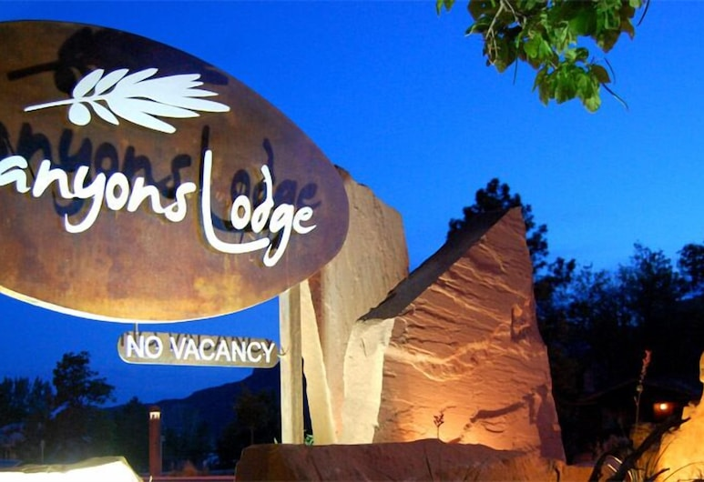 Canyons Lodge, a Canyons Collection Property, Kanab, Hotelfassade am Abend/bei Nacht