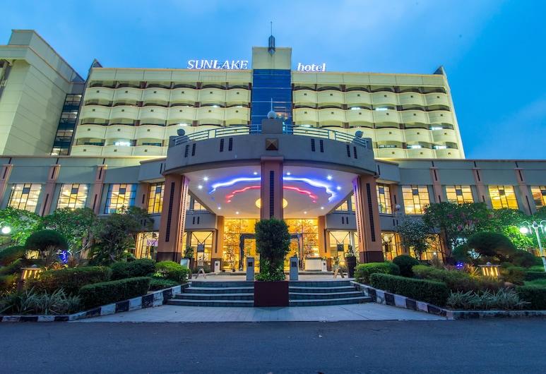 Sunlake Hotel, Jakarta, Hadapan Hotel