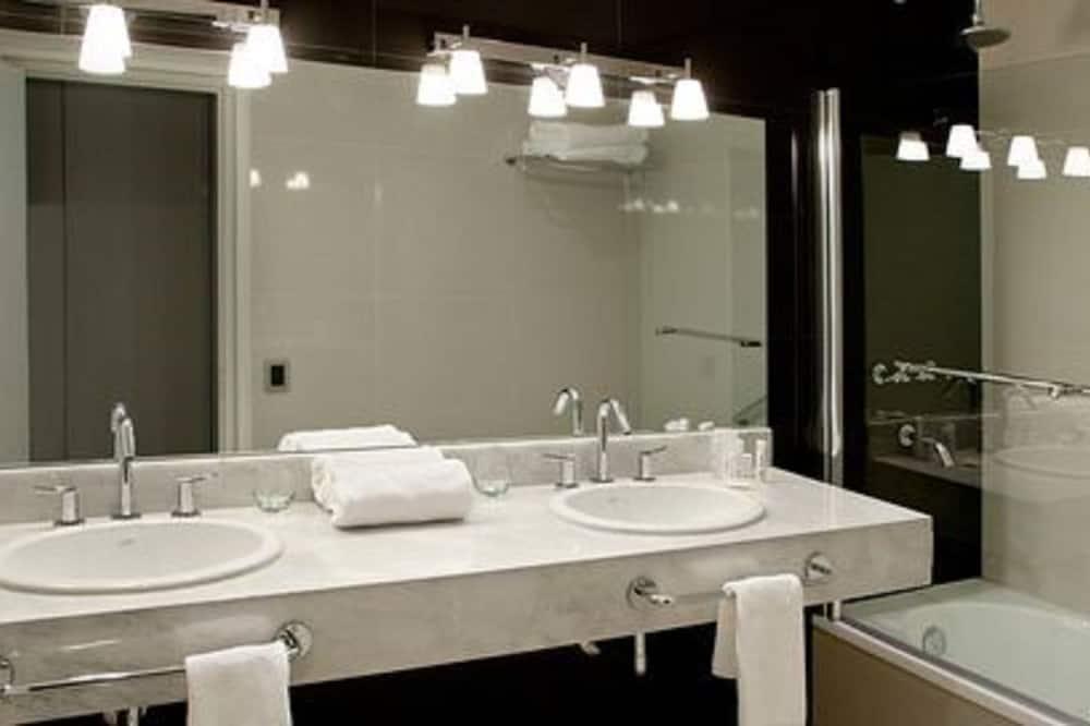 Suite, 1 Queen Bed - Bathroom Sink