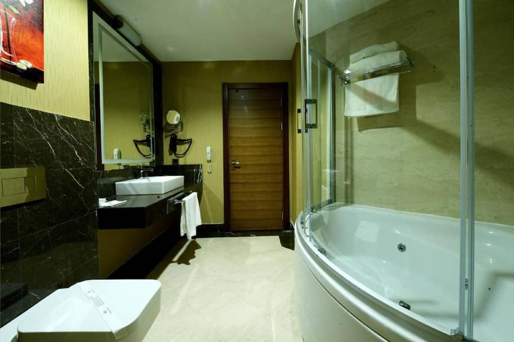 Business Suite, 1 King Bed, Jetted Tub, City View - Bathroom