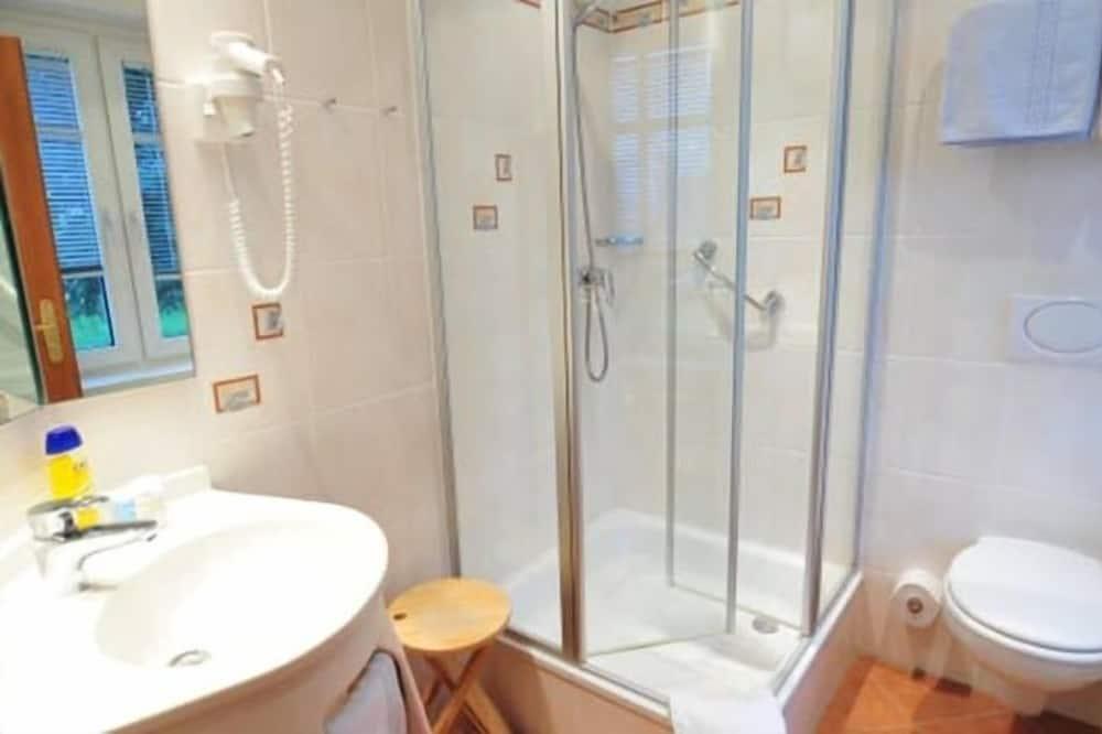 Basic Single Room, Non Smoking - Bathroom