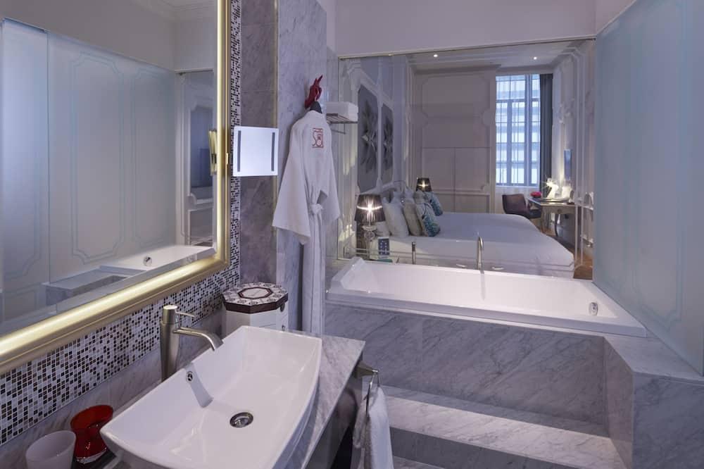 Room, 1 King Bed, Bathtub (So Urban) - Bathroom