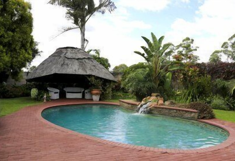 Sunbird Guest House, Harare, Pool med vattenfall