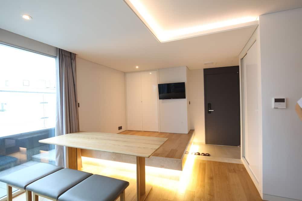 סוויטת רויאל, 2 מיטות זוגיות, נוף לעיר - אזור אוכל בחדר