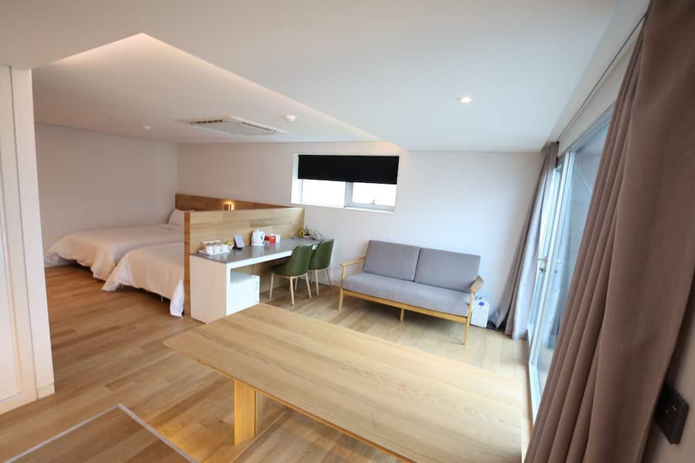 סוויטת רויאל, 2 מיטות זוגיות, נוף לעיר - חדר אורחים
