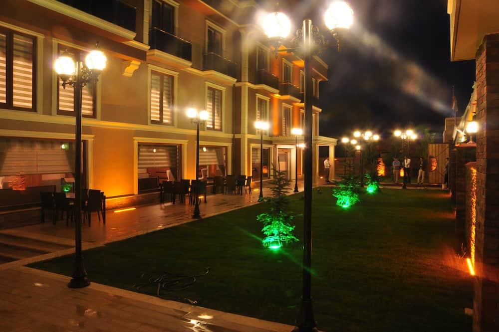 Pročelje hotela – navečer/po noći