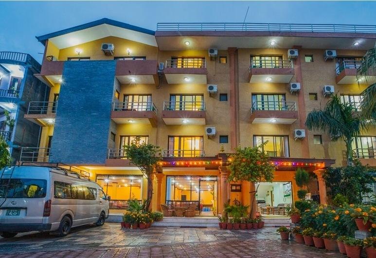 Pokhara Village Resort, Pokhara, Hadapan Hotel