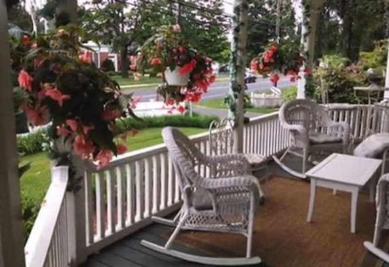 Lily House Bed and Breakfast, Suffield, Teres/Laman Dalam