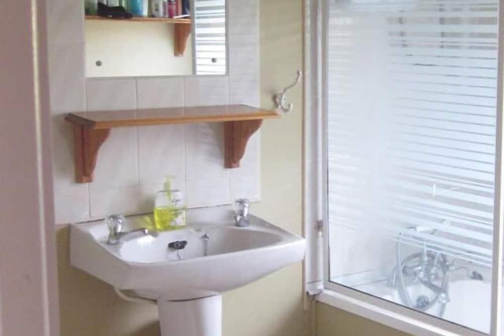 Δίκλινο Δωμάτιο (Double), Κοινόχρηστο Μπάνιο - Νιπτήρας μπάνιου