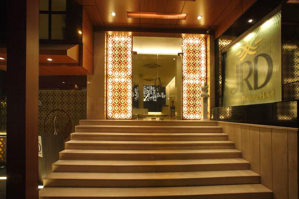 Otel Girişi
