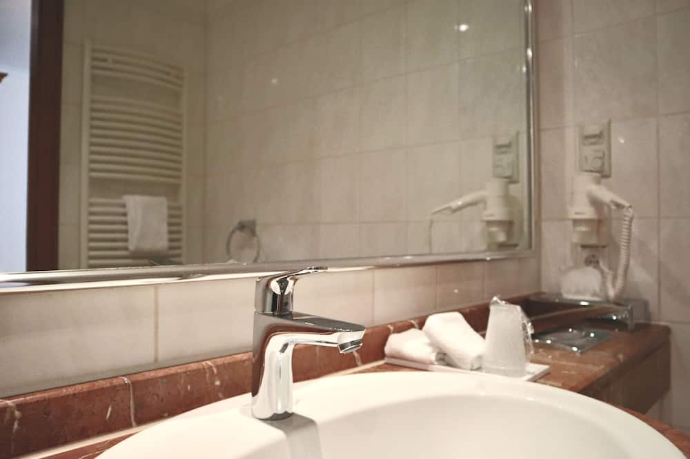 Superior Double Room, 1 Double Bed, Non Smoking, River View - Bathroom