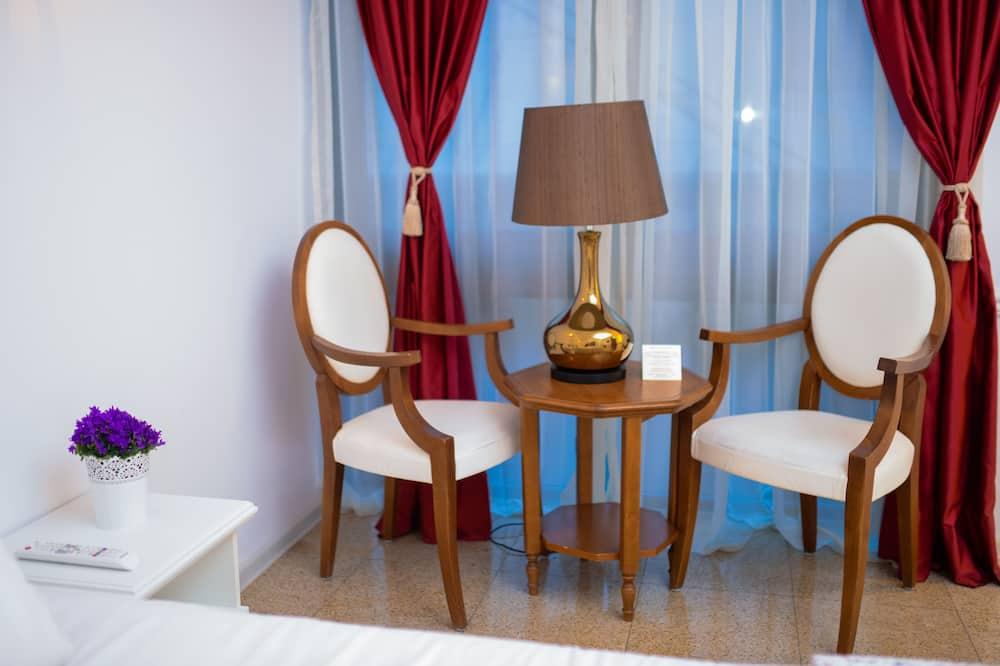 Pokoj Deluxe s dvojlůžkem, dvojlůžko (180 cm) a rozkládací pohovka - Obývací prostor