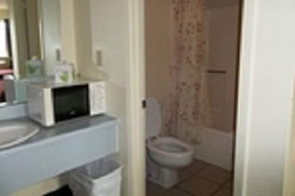 ห้องสแตนดาร์ด, เตียงคิงไซส์ 1 เตียง, สูบบุหรี่ได้ - ห้องน้ำ