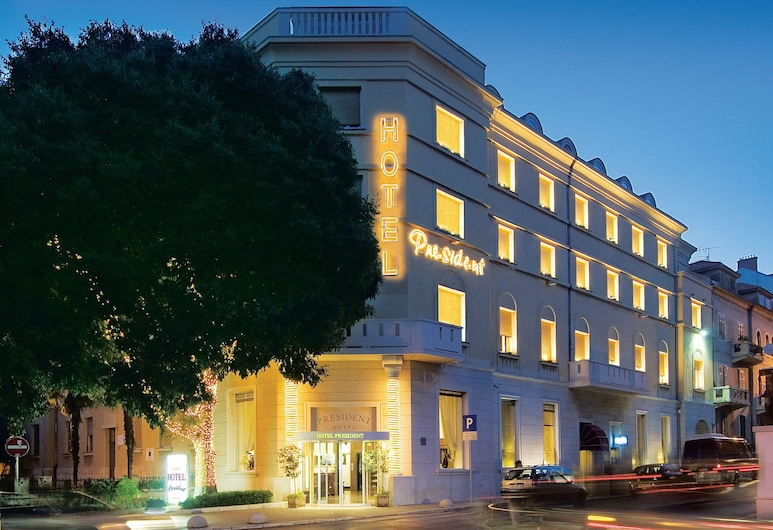 Hotel President Split, Split, Hotelfassade am Abend/bei Nacht