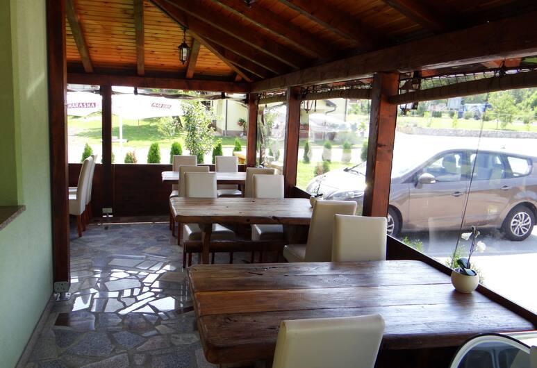 錢查爾別墅, 拉科維察, 室外用餐