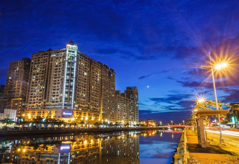 Wei-Yat Grand Hotel, Tainan, Hotellin julkisivu illalla/yöllä