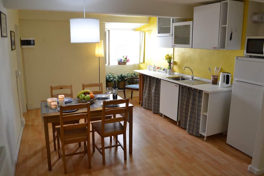Standard Apartment, Multiple Beds, Refrigerator & Microwave - Living Room
