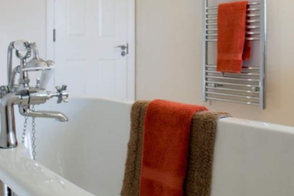 Superior Double or Twin Room, Shared Bathroom ((With Bath Only)) - Bathroom