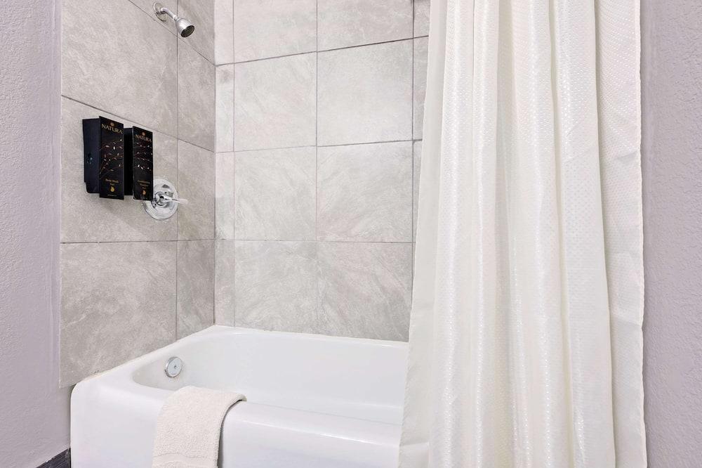 Номер, 1 двуспальная кровать «Кинг-сайз», для курящих - Ванная комната