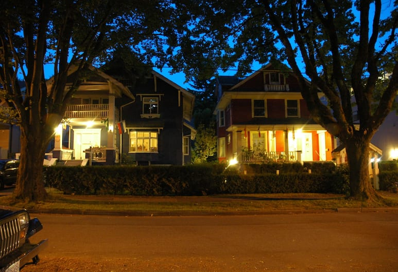 Douglas Guest House, Vancouver, Hotel Front – Evening/Night