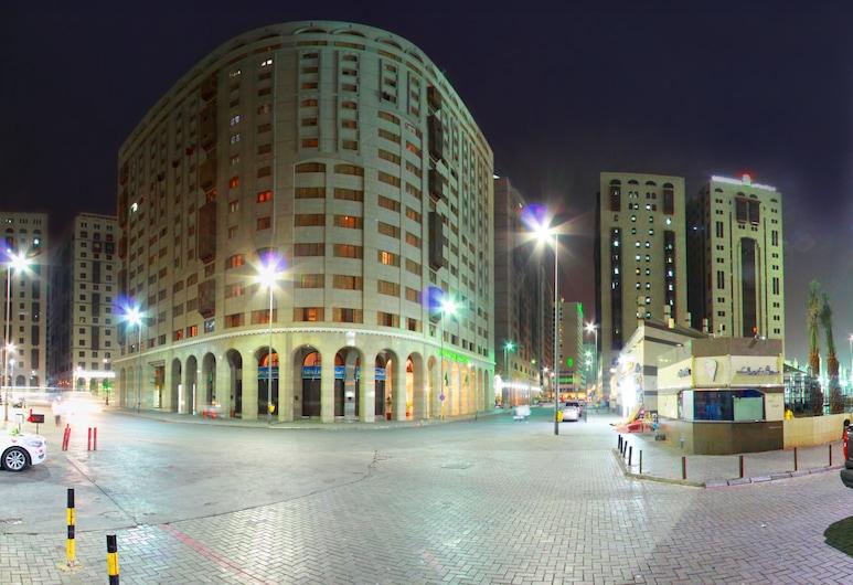Dallah Taibah Hotel, Медіна, Фасад готелю (вечір/ніч)