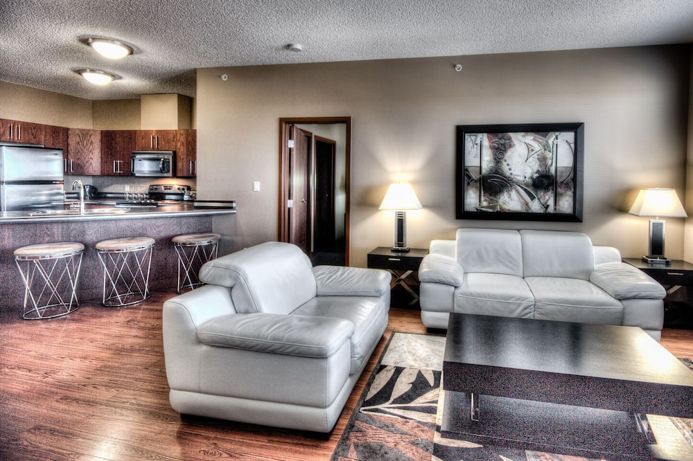 2 Bedroom Suite with 2 King Beds, Washer/Dryer and Full Kitchenette - Living Area