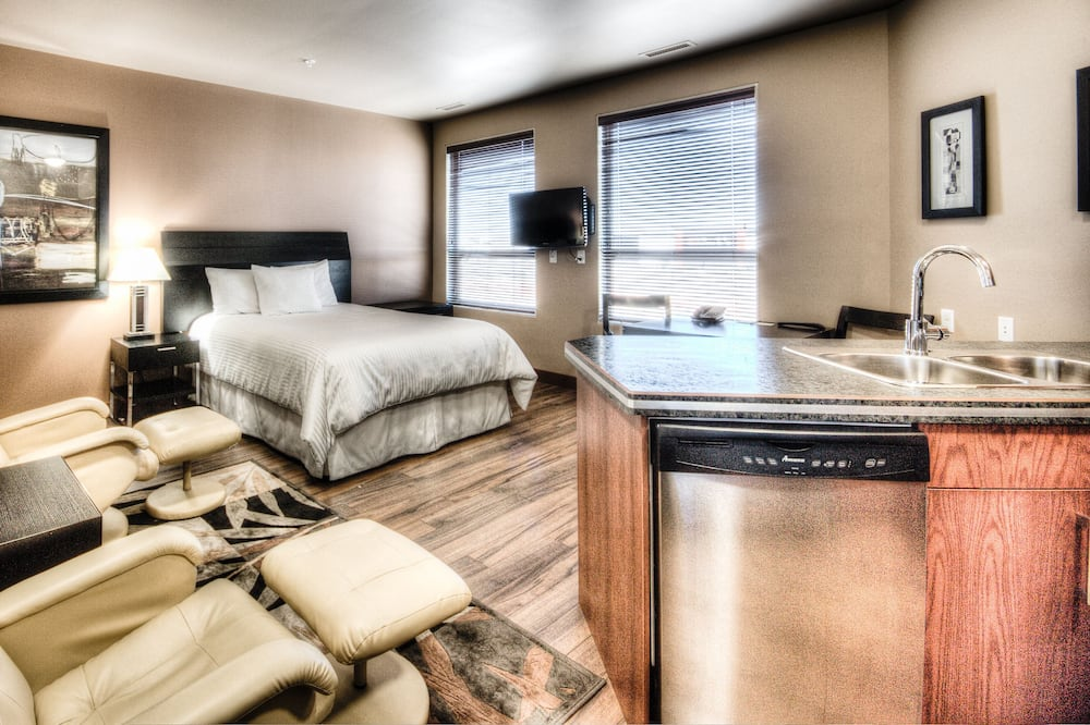 1 Bedroom Suite with 1 King Bed and 1 Queen Bed, Full Kitchenette - Living Area