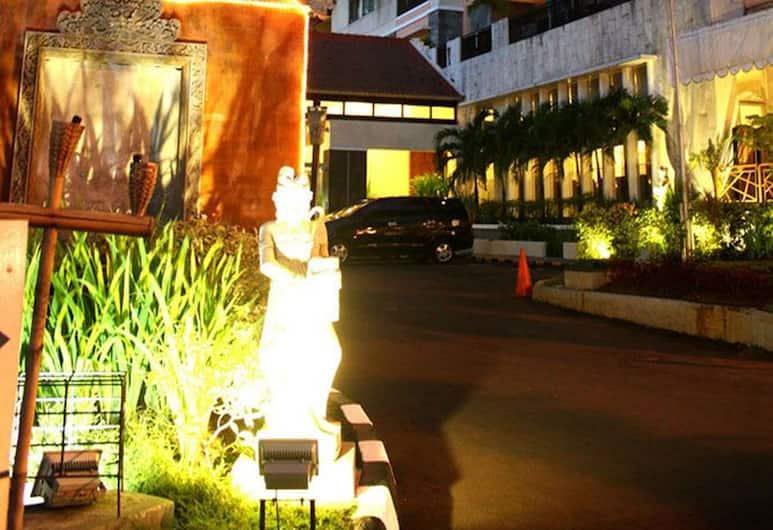 Puri Denpasar Hotel, Jakarta, Bagian Depan Hotel - Sore/Malam
