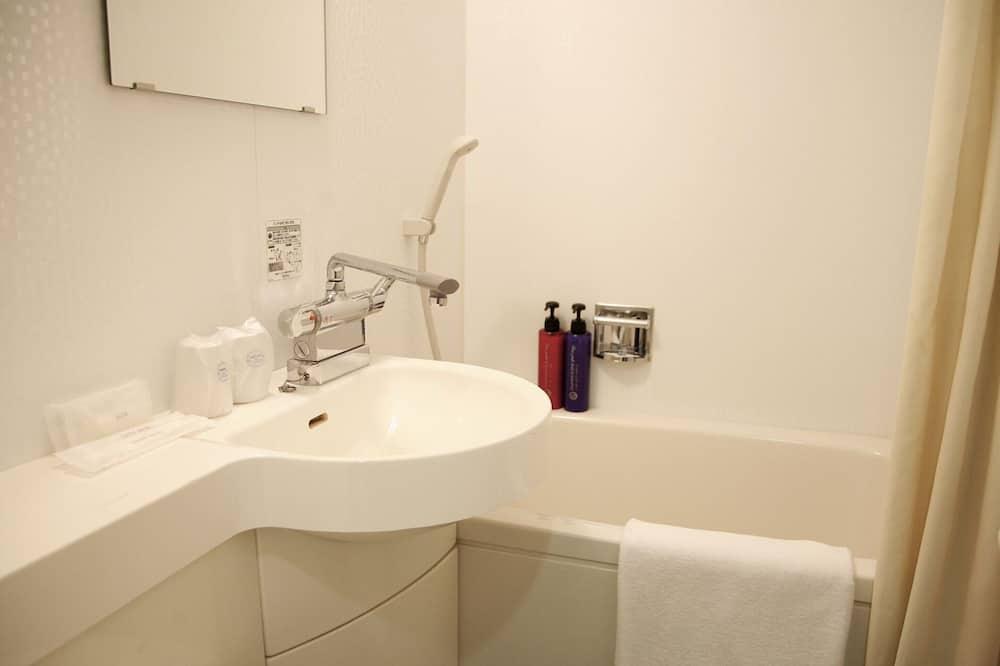 Twin Room, Non Smoking (19 ㎡) - Bathroom