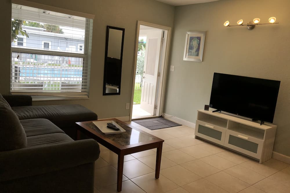 Suite, 1 Bedroom, Non Smoking, Pool View - Living Room