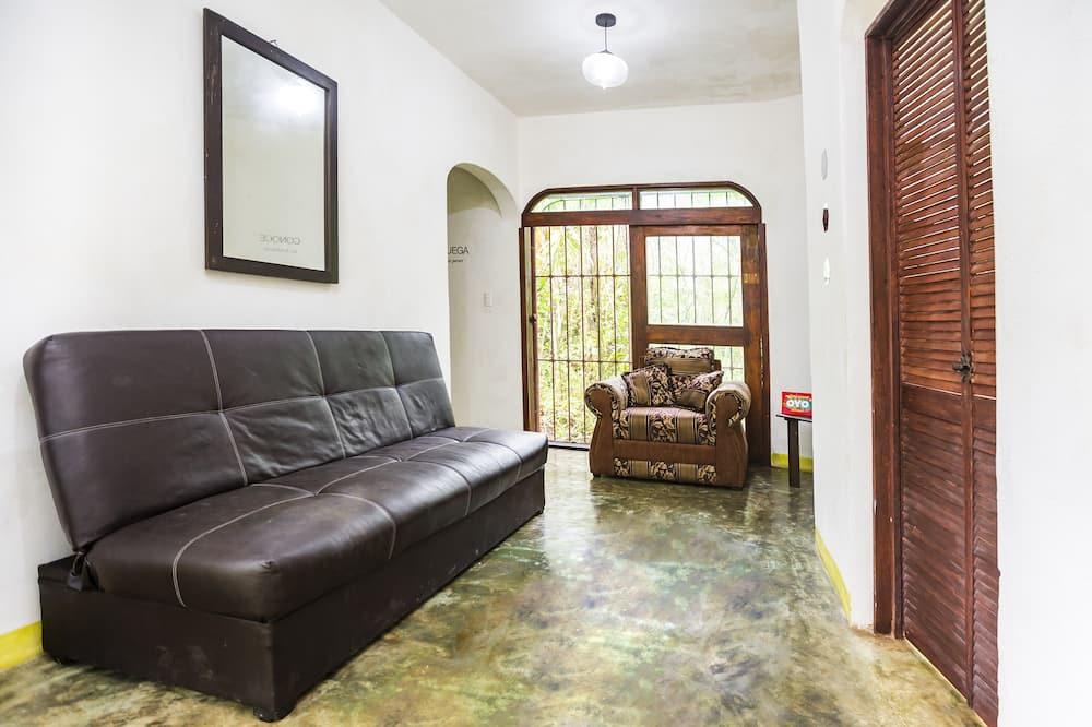 Улучшенный двухместный номер с 1 двуспальной кроватью, 2 спальни, вид на сад, с выходом в сад - Зона гостиной