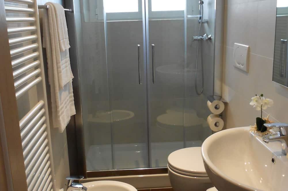 Kamar Quadruple, gedung tambahan - Kamar mandi